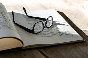 livro e oculos